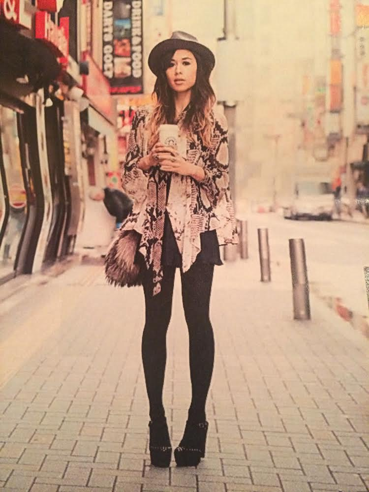 3. I adore the nonchalant, effortless poses, crossing the street with a mobile and coffee, like a celebrity avoiding paparazzi look.